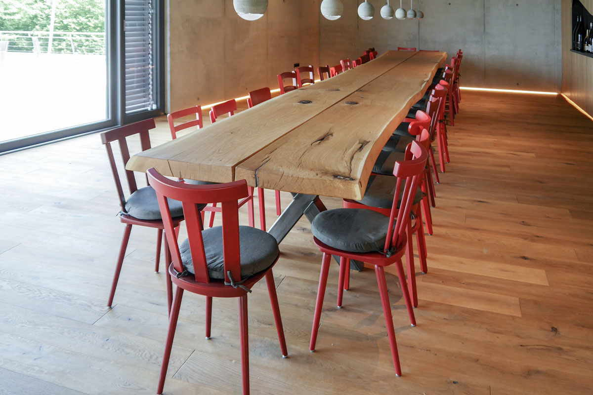 Innenausbau der Superlative: HMI Original Massivholztisch