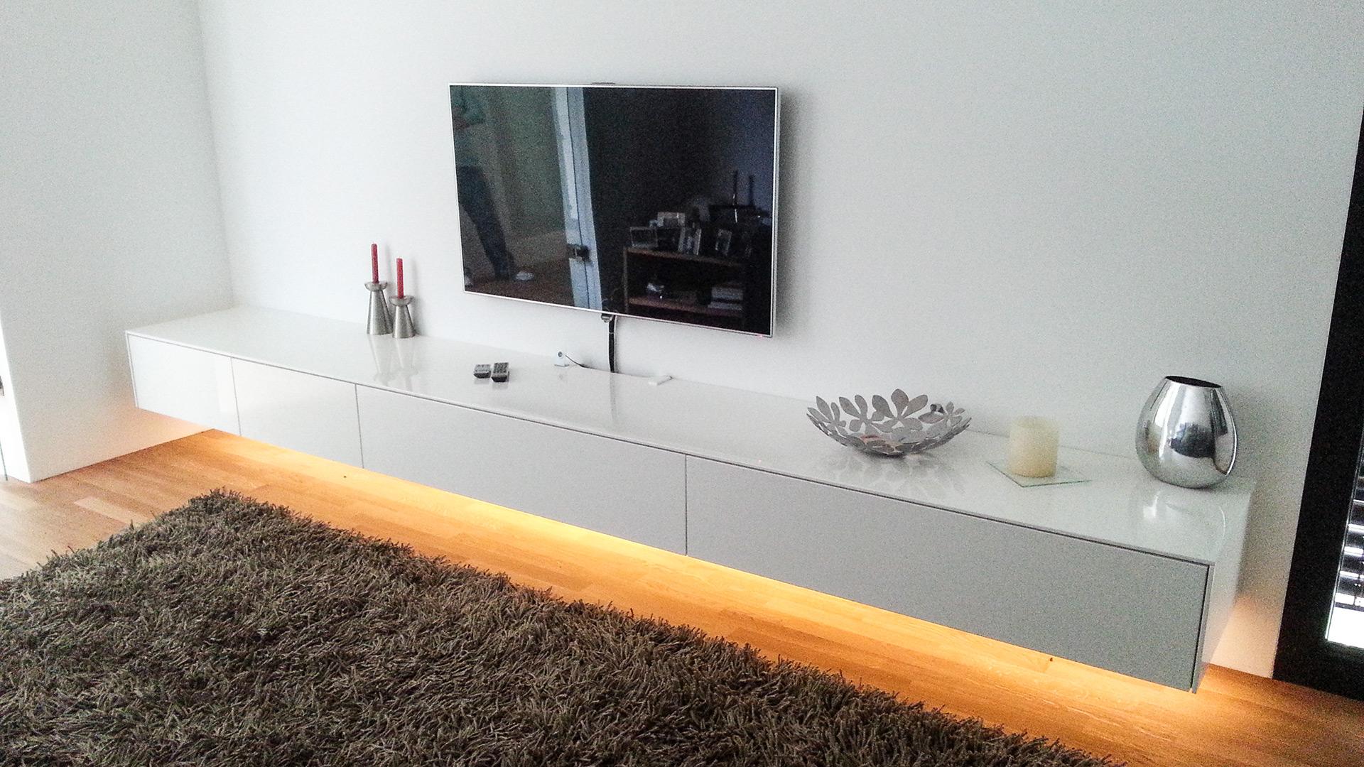 Schwebendes Mediamöbel mit indirekter Beleuchtung auf der Unterseite