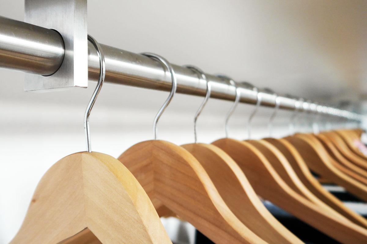 Praktische Kleiderstange in der Ankleide