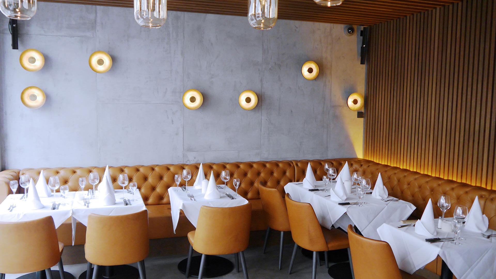 Indirekte Beleuchtung, Retro-Glühlampen und diffuse Designleuchten erzeugen ein weiches, angenehmes Licht, das perfekt mit dem Industrial Design des Brick + Bone harmoniert