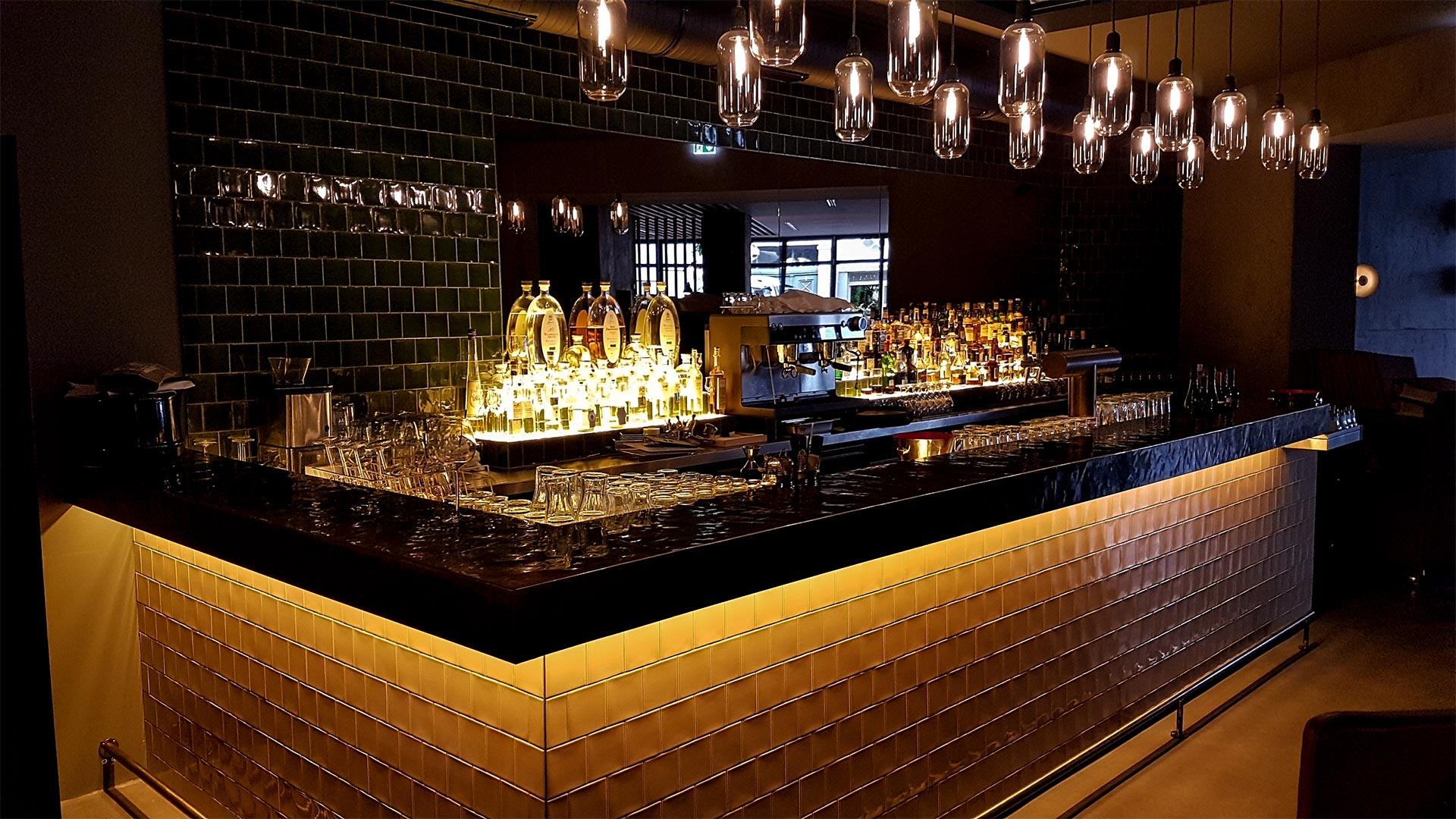 Das Zentrum eines guten Restaurants ist eine einzigartige Bartheke. So auch im Brick + Bone in Karlsruhe