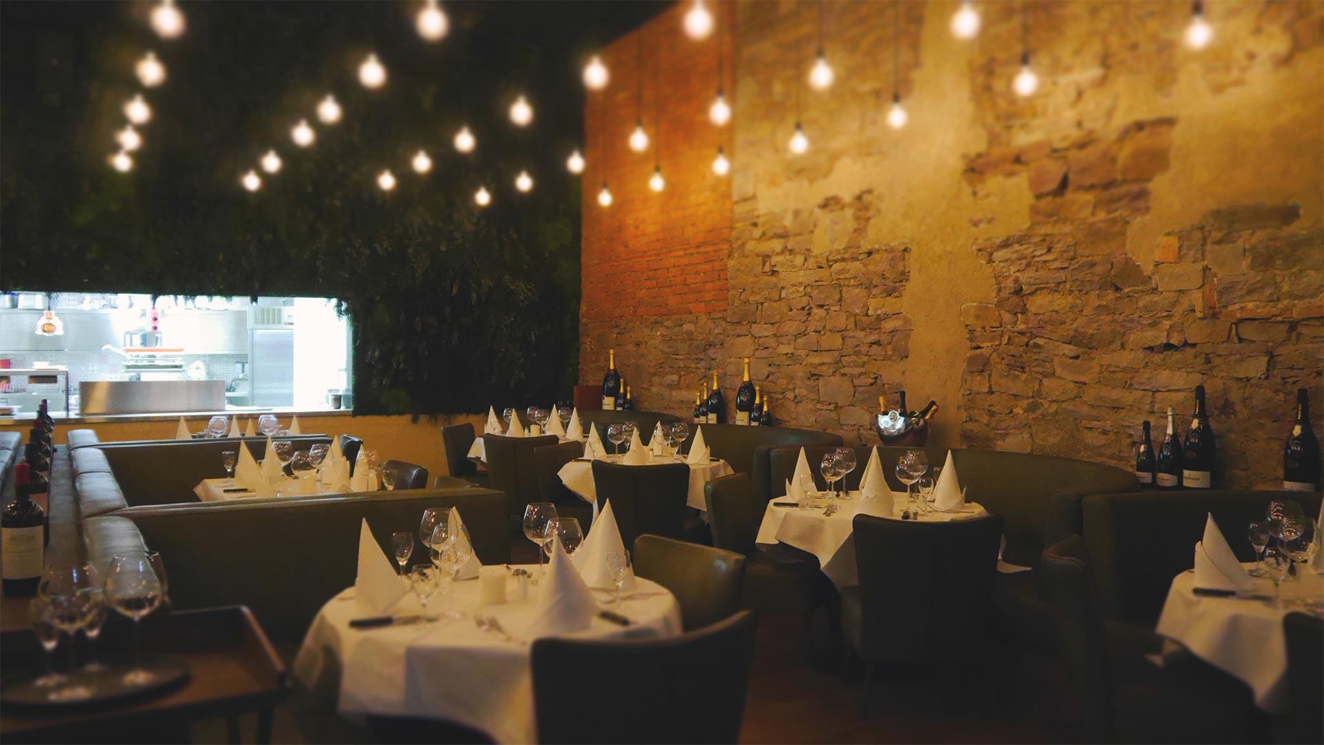 Details und Lichtplanung sorgen im Karlsruher Steakhouse Brick + Bone für einzigartige Atmosphäre
