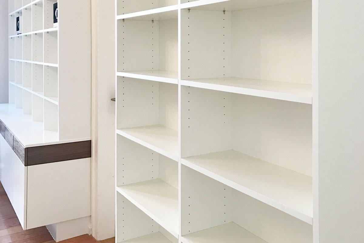 Bibliothekswand mit individuell höhenverstellbaren Fachböden