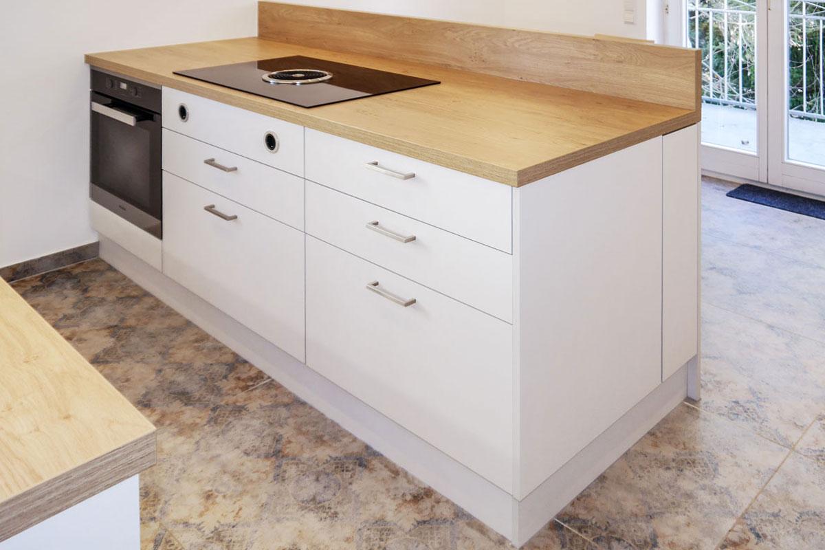 Kompakter Kochblock mit integriertem Kochfeld und Backofen