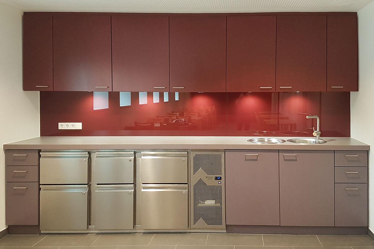 Moderne Teeküche in hellen Rot-Tönen