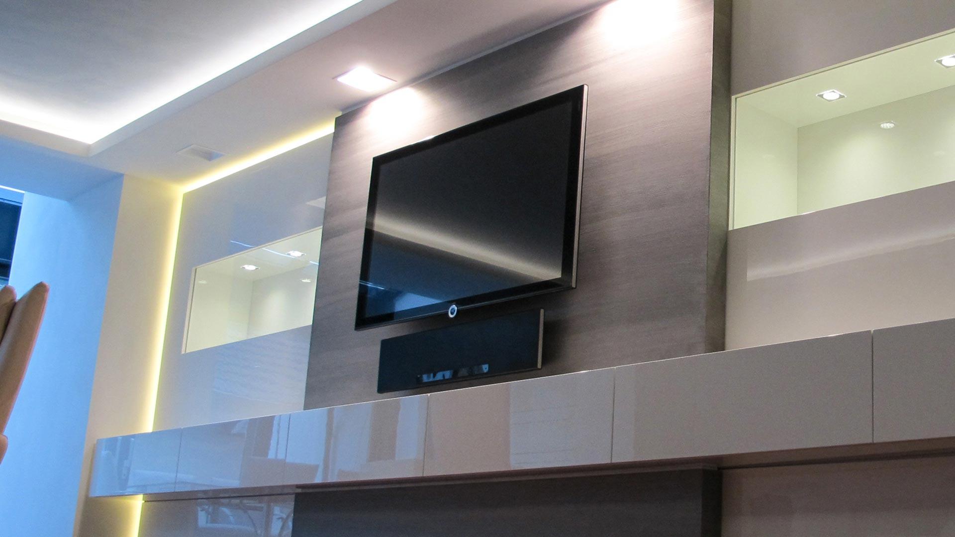 Ideal für Präsentationszwecke oder großes Entertainment: Das geräumige, geschmackvoll beleuchtete Einbaumöbel mit eingebautem Screen