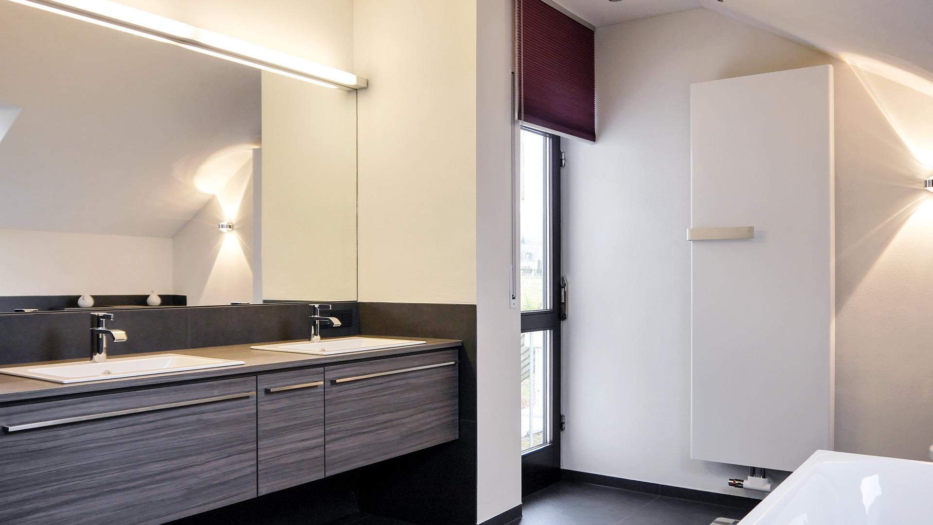 Schwebend montierter Waschtisch mit beleuchtetem Spiegel