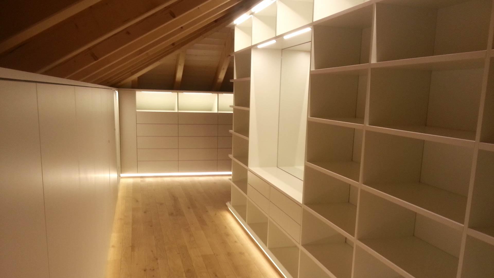 Geräumige Ankleide mit indirekter Beleuchtung direkt unterm Dach