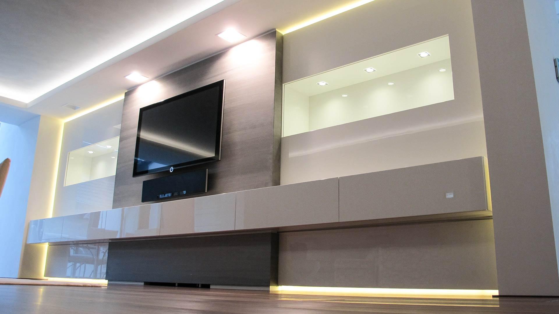 Mediamöbel mit indirekter Beleuchtung fungiert als Raumteiler