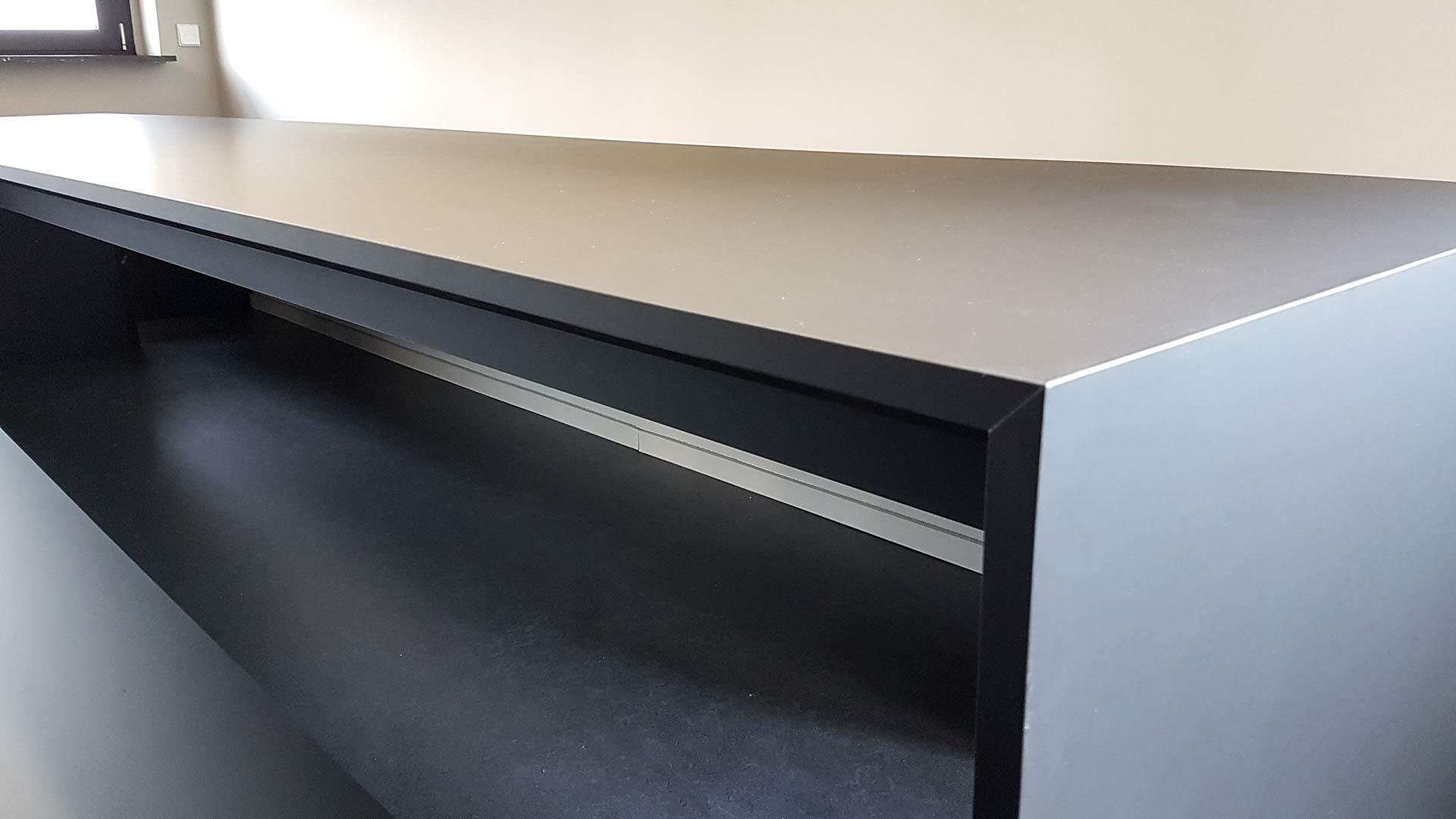 Tisch mit FENIX NTM-Oberfläche im Daimler Projekthaus