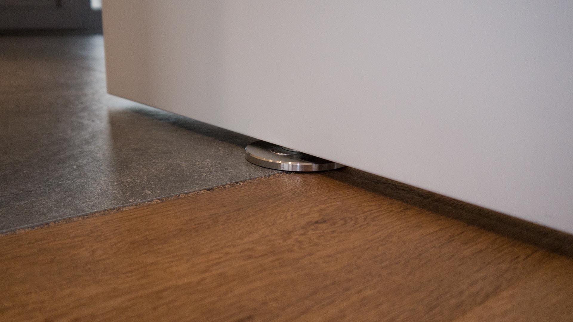 Auch am Boden ist von der Pivot-Tür-Aufhängung nur eine kleine Metallplatte sichtbar.