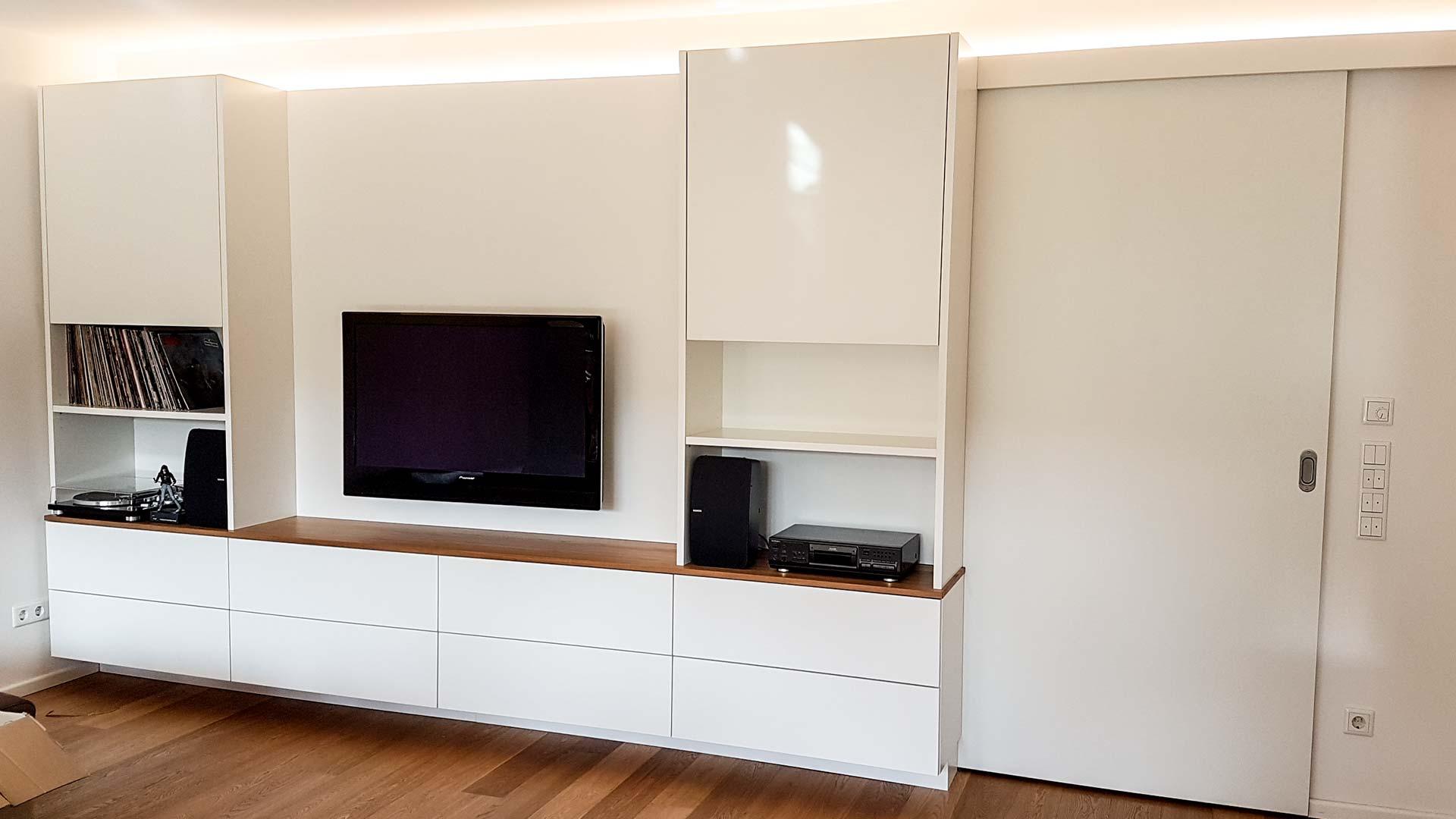 Die Wohnwand mit integrierter Beleuchtung wird zum Mittelpunkt des Wohnzimmers