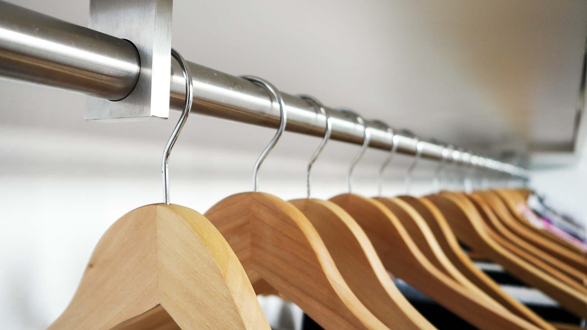 Sofort griffbereit: Ihre alltägliche Straßenkleidung kommt an die Garderobe in der Diele