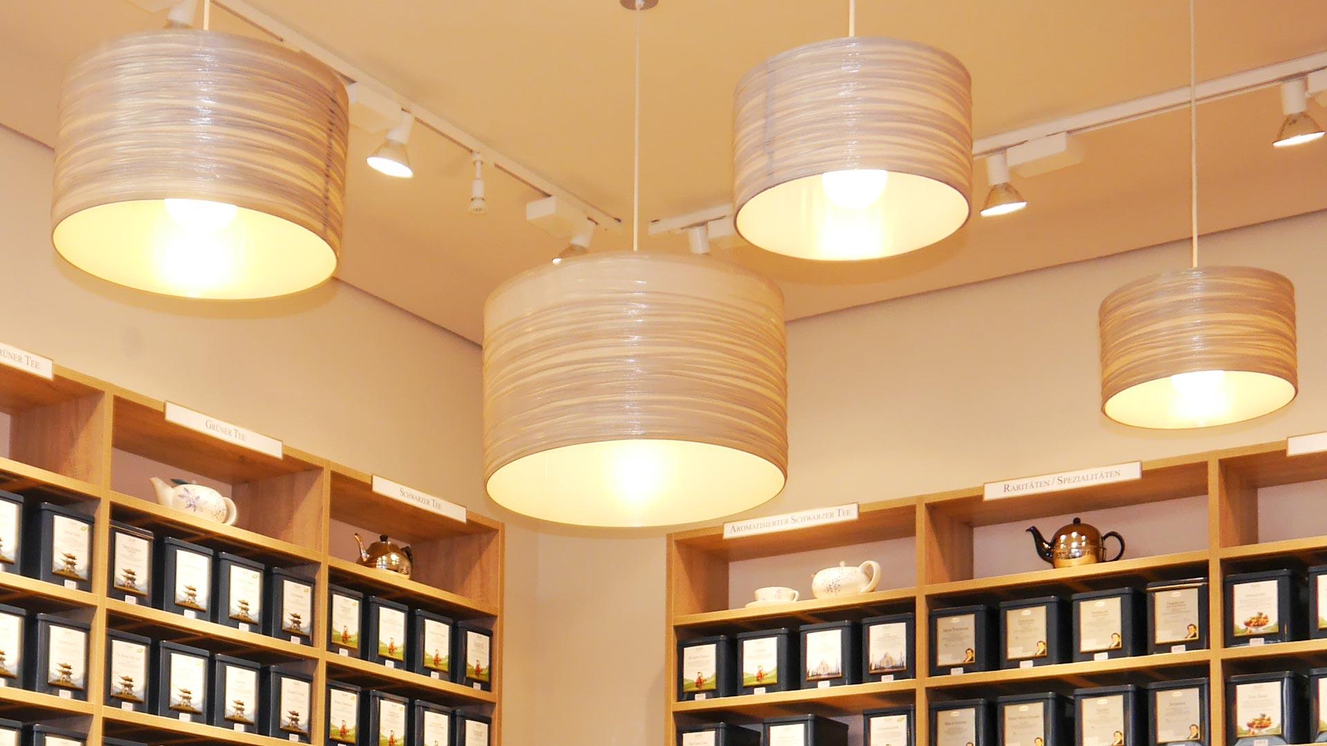 Verschiedene Leuchtmittel für verschiedene Aufgaben: Große Pendelleuchten für warmes, diffuses Licht und Spots für die Produktpräsentation.