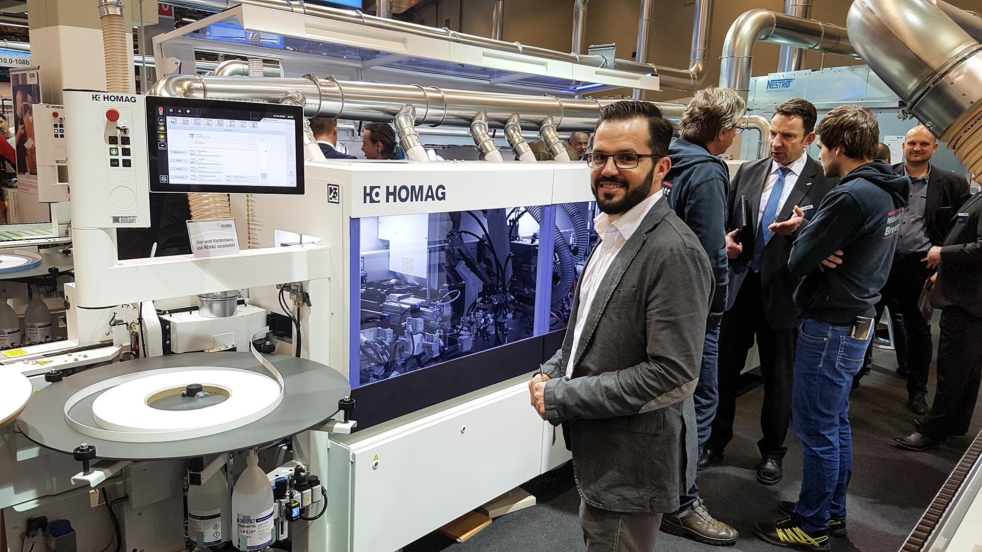 Begeistert vom Nutzer-Interface. Siegfried Margrander inspiziert eine Homag-Maschine.