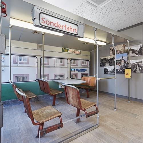 Das Interieur eines Tram-Abteils in der Volksbank Karlsruhe Durlach