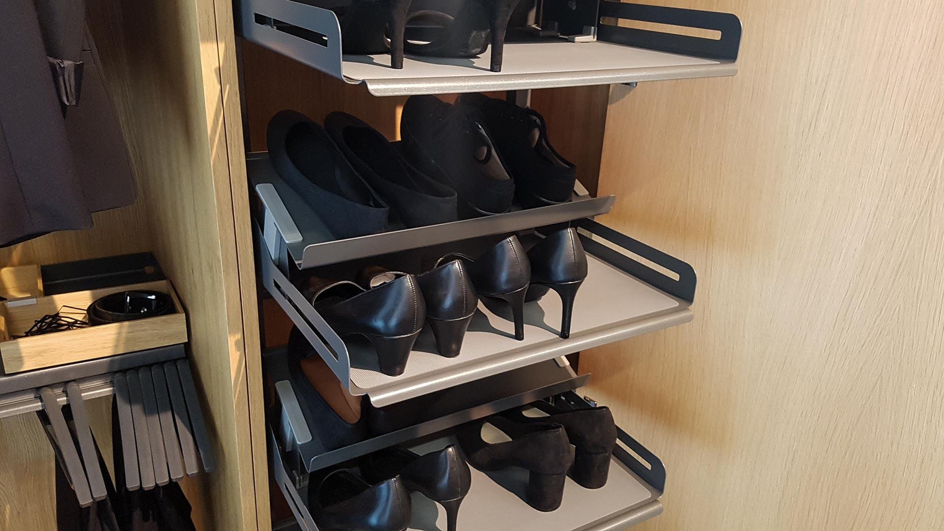 Die Schuhschrank-Einsätze fahren automatisch aus dem Korpus heraus, wenn die Tür geöffnet wird.