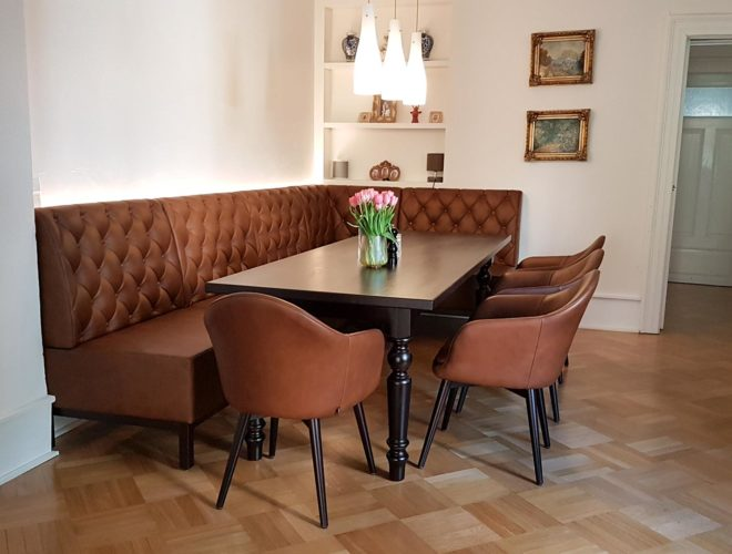 Eckbank-Chesterfield-Steppung_Stühle_Tisch_Esszimmer-im-klassischen-Design