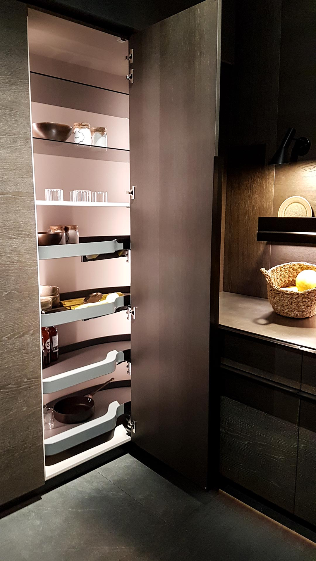 Eck-Küchenschrank auf voller Höhe mit drehbaren Regalböden in dunklem Holz. Ein neuer Standard für 2018.
