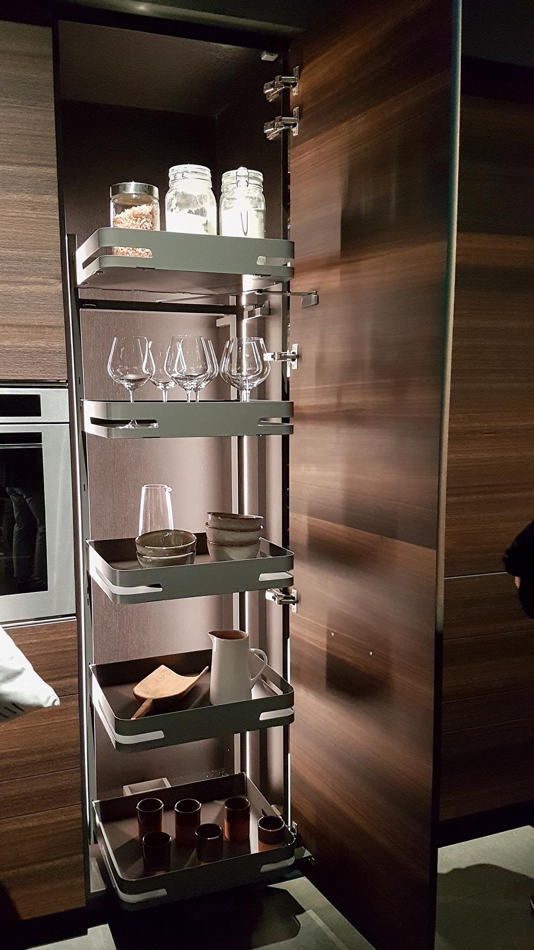 Aluminium, dunkles Holz und Schubkastensysteme bestimmen die Schranksysteme für die Küche