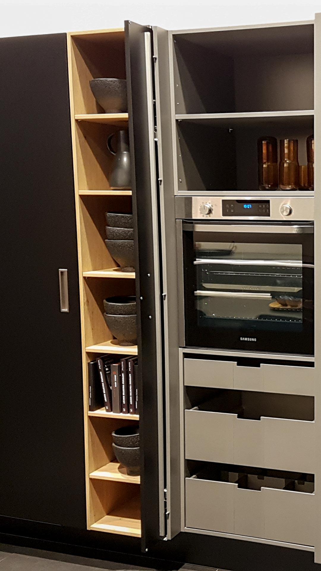 Schranksysteme für die Küche integrieren wohnliche Elemente neben Einbaugeräten.