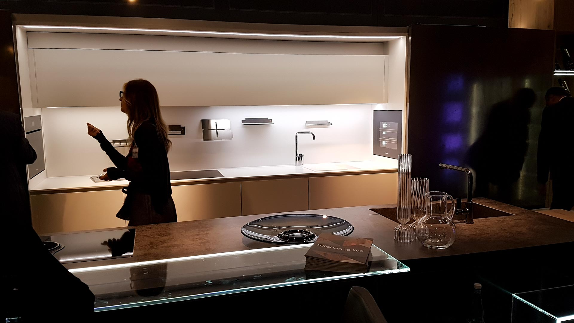 Dynamische Beleuchtung ist auch in den Küchentrends 2018 vertreten. Smart Home ist angesagt.