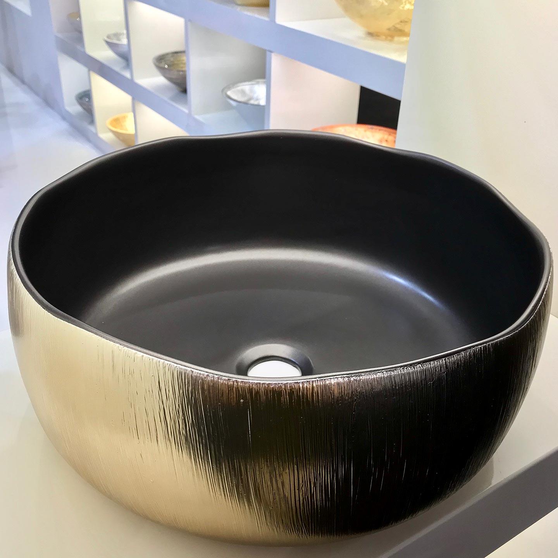Aufsatzwaschbecken werden durch aufregende Materialkombinationen inszeniert.