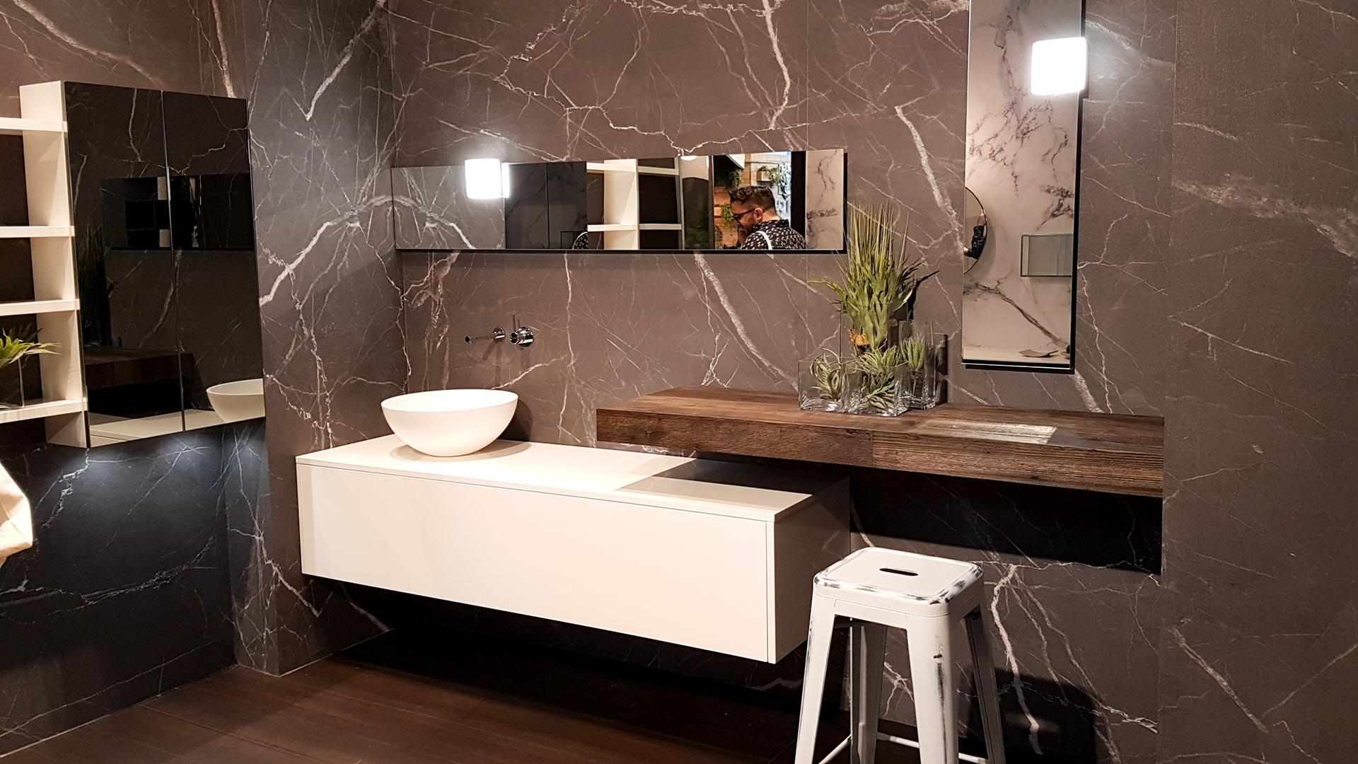 Aufregende Oberflächen, effektvolle Materialkombinationen und Aufsatzwaschbecken dominieren als Gestaltungsmerkmale bei Waschtischen