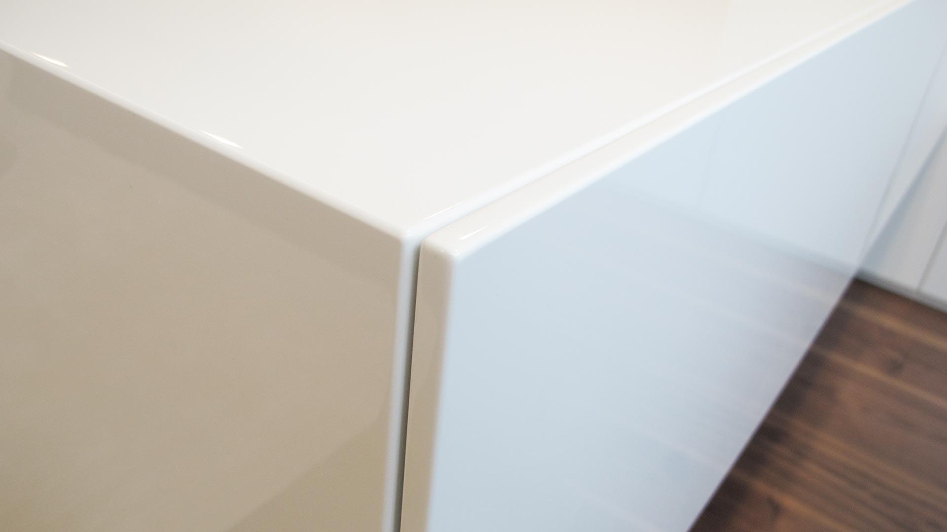 Lackierte Oberflächen bedürfen spezieller Pflege. Das Falsche Reinigungsmittel kann hier großen Schaden verursachen.