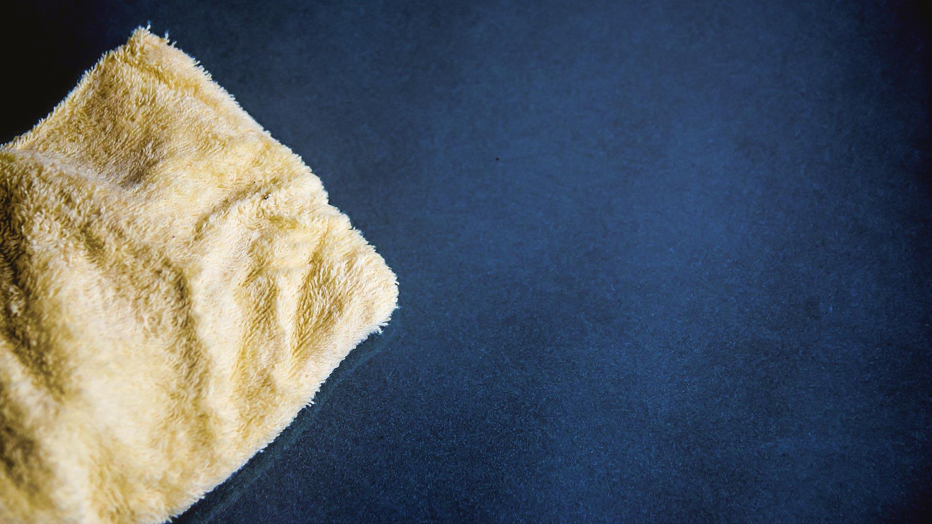 Mikrofasertücher sind für Hochglanzoberflächen nicht zu empfehlen. Feine Baumwollstoffe verursachen keine Kratzer.
