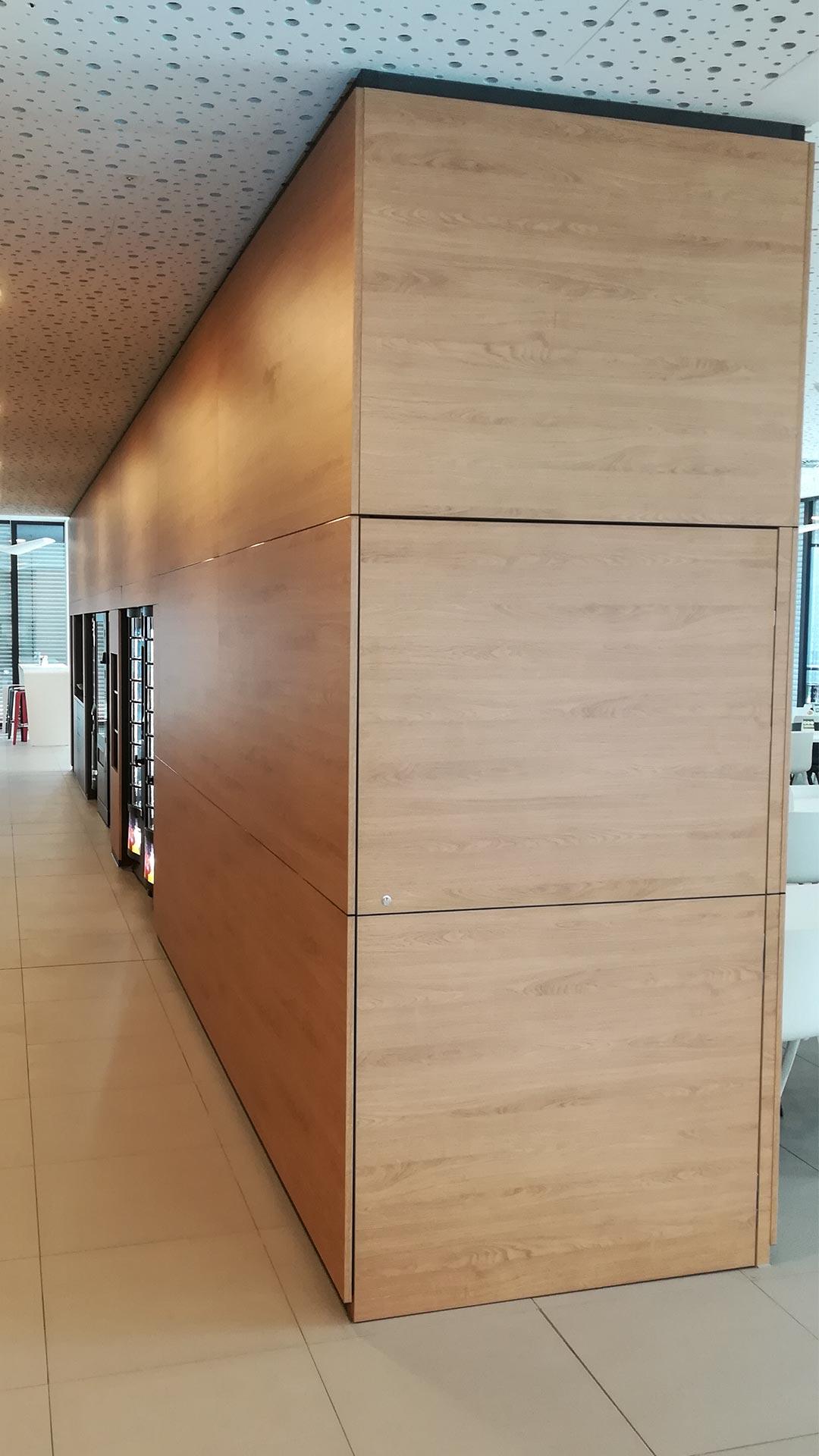 In die Schmalseite ist die Tür zum Stuhllager integriert. So ließ es sich einfach und unauffällig in der Mitte des Raumes anordnen.