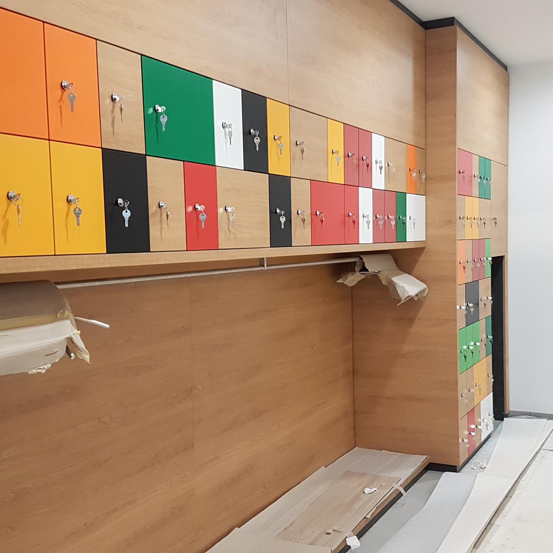Die Farben der HPL-Oberflächen sind auf die Corporate Identity von Haribo abgestimmt.