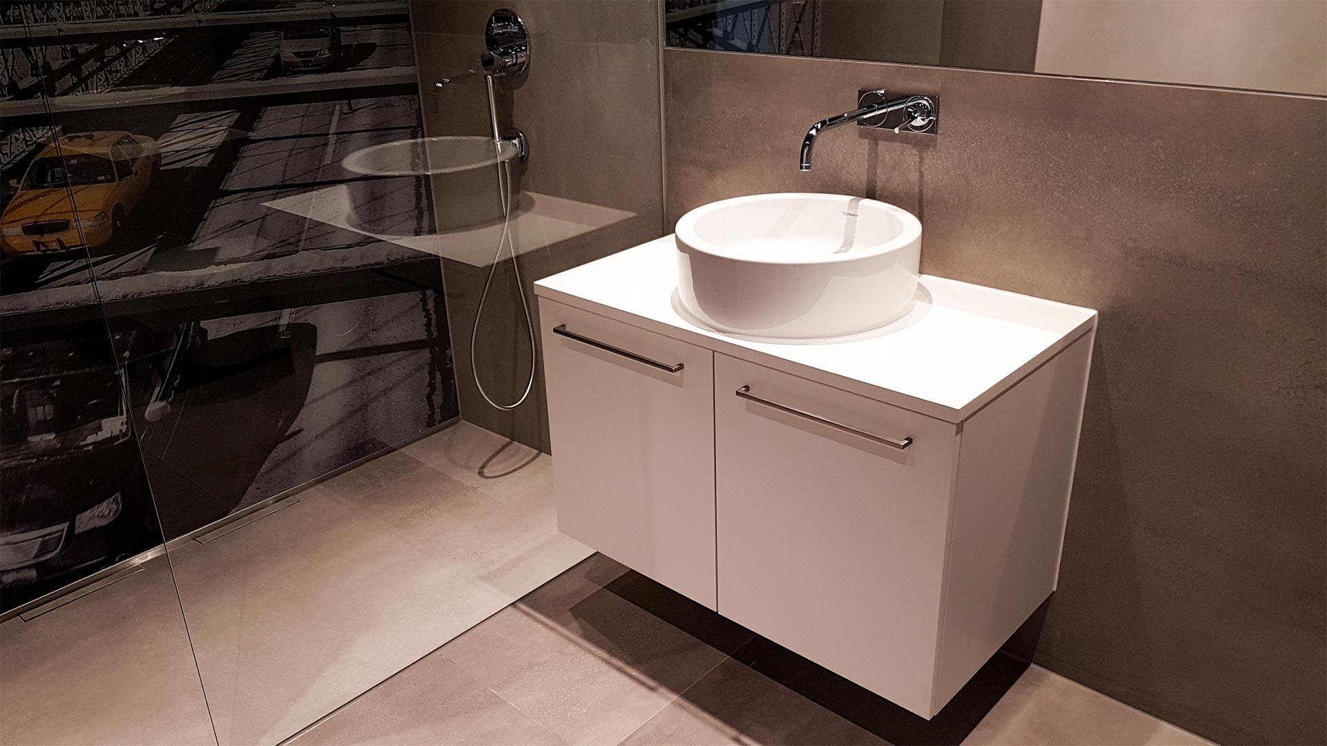Duschkabine, Waschtische und Wasserbett   Referenzen ...