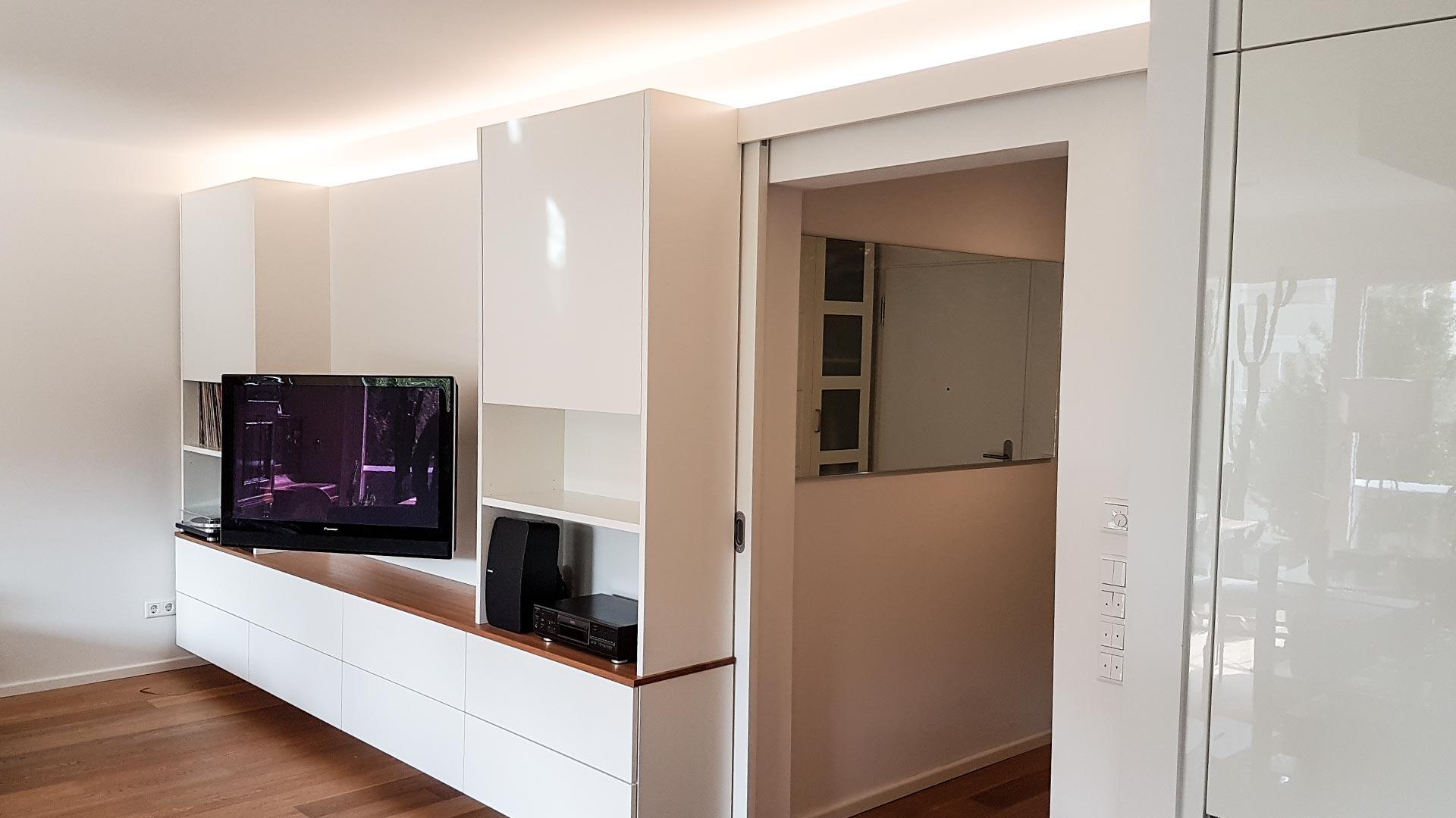 Ein Schwenkarm erlaubt die einfache Ausrichtung des Fernsehers