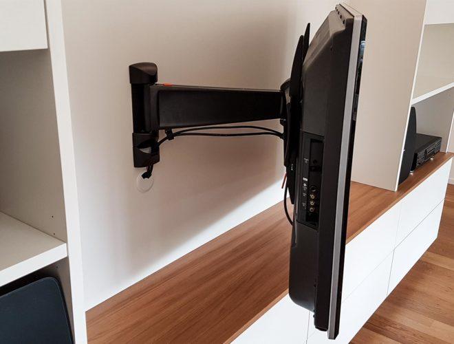 Schwenkbare-TV-Halterung_Mediamöbel-mit-Schwenkarm-und-Schiebetür