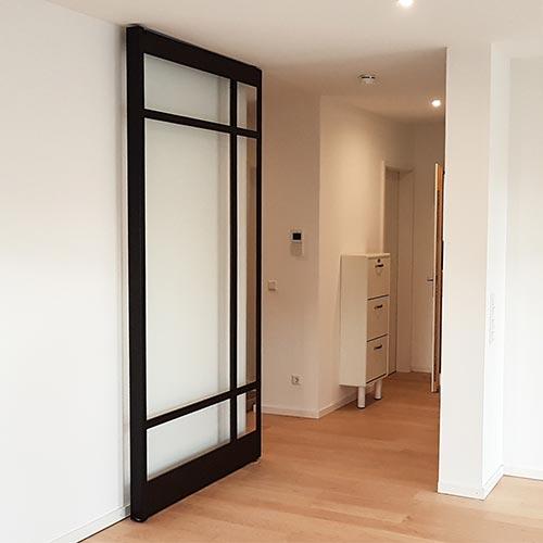 Pivot-Tür mit Glasleisten aus pulverbeschichtetem Stahl