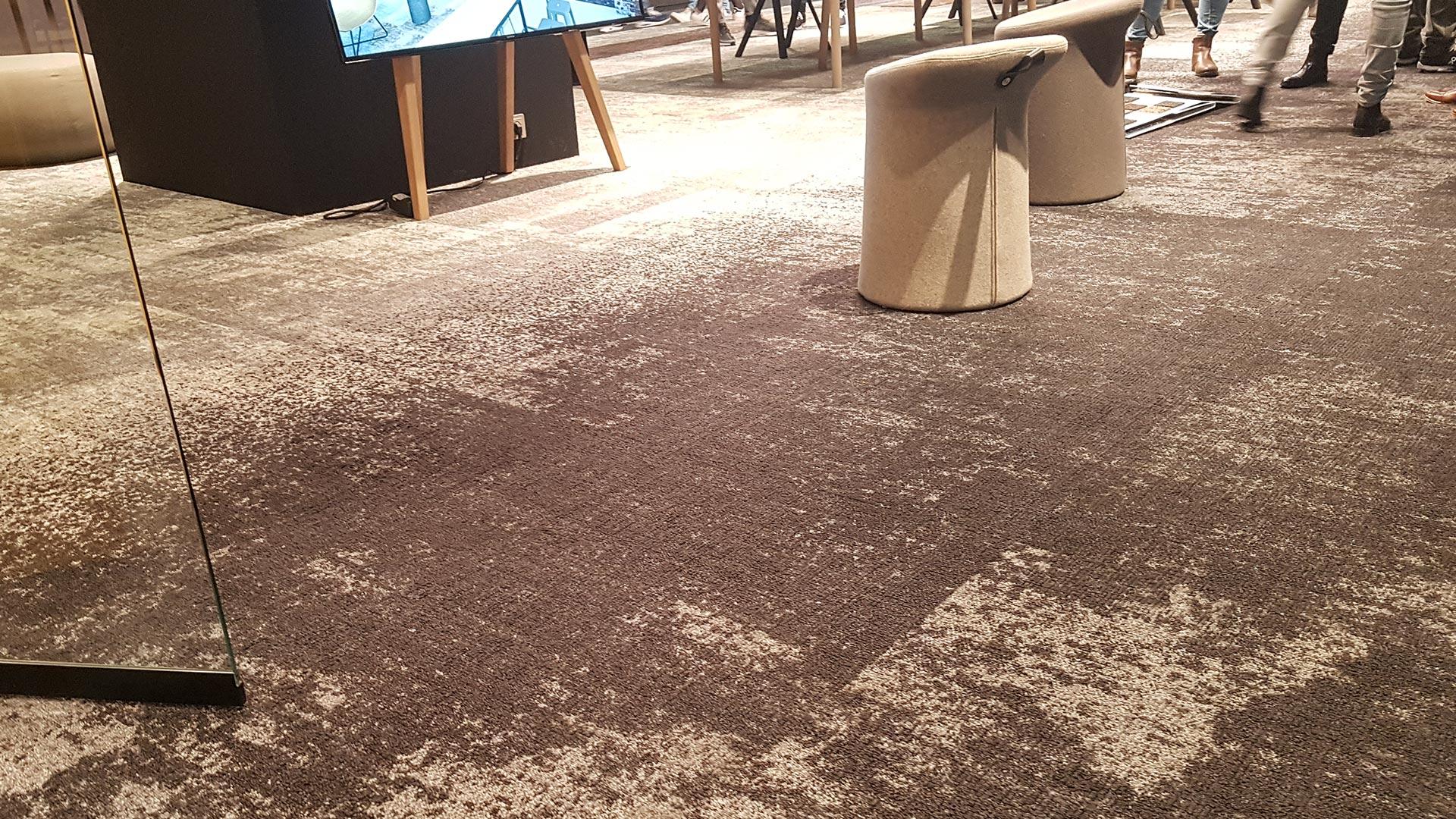 Die Textur dieses Teppichbodens ist über die ganze Fläche akribisch geplant.