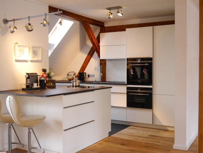 dachgeschoss-einbauküche-mit-quarzstein-arbeitsplatte