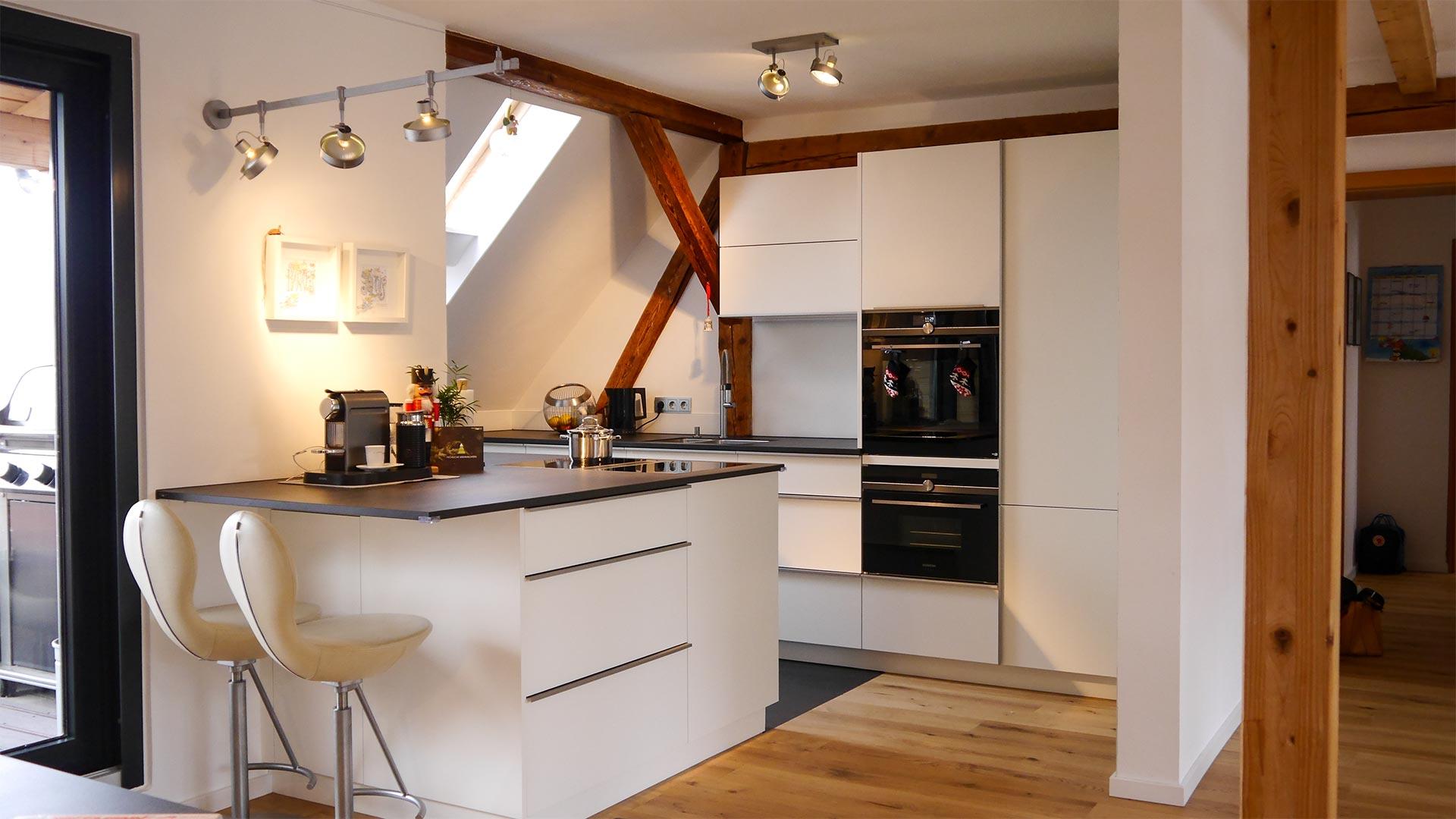 Die Einbauküche fügt sich ideal in die Dachschräge ein