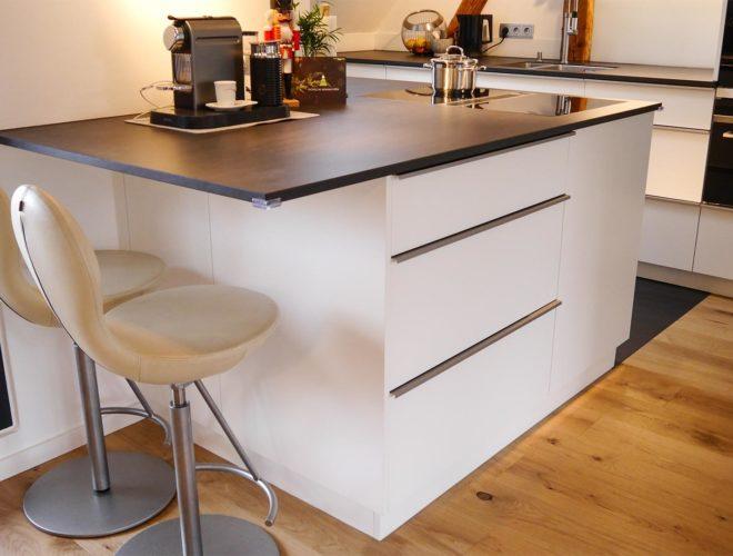 thekenbereich-mit-spezieller-unterkonstruktion-aus-stahl-dachgeschoss-einbauküche-mit-quarzstein-arbeitsplatte