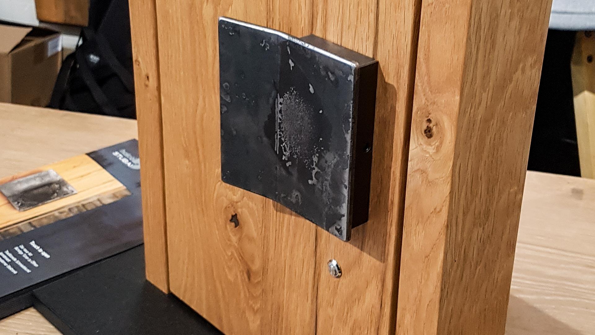 Zum ab- und aufschließen genügt ein Knopfdruck. Ideal für WC-Türen.