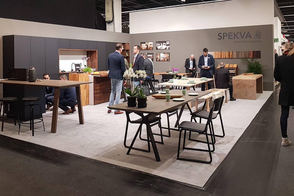 Dunkle Hölzer und matte Oberflächen bestimmen die Internationale Möbelmesse 2019
