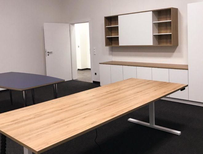 Büro-mit-Schreibtisch-Besprechungstisch-Schrankwand-Hängeschrank-Notariat-Dr-Morlock-und-Werst