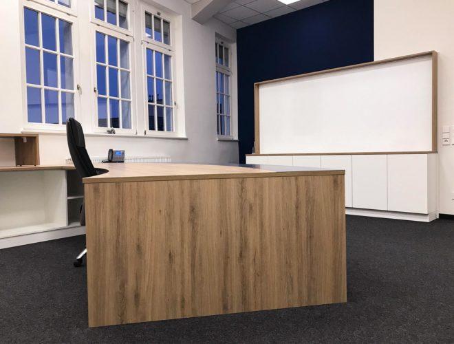 Chefbüro-Schreibtisch-Schränke-Magnetwand-Notariat-Dr-Morlock-und-Werst