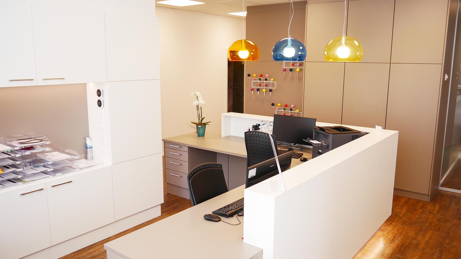 Designleuchten sorgen für interessante Farbtupfer im Empfangsbereich.