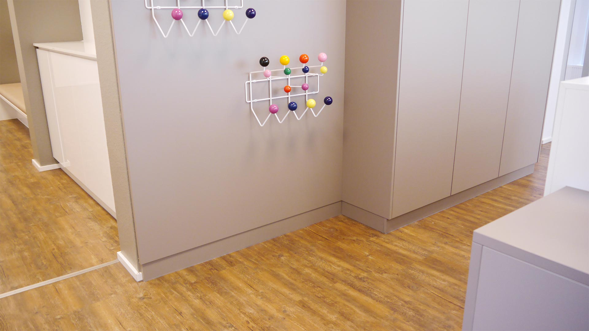 Auf der Seite Richtung Empfang ist die Garderobe angebracht.