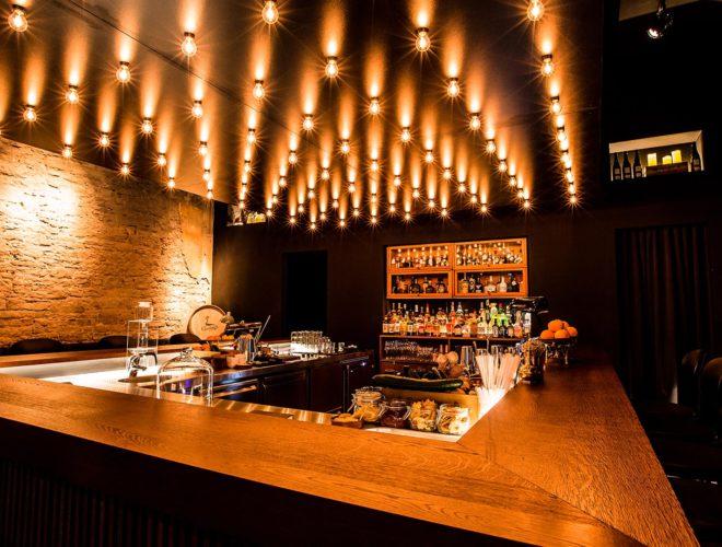 Bartheke-mit-Beleuchtung-Eichenlamellen-Retroleuchtmittel-Details-Guts-and-Glory-Cocktailbar-Hirschhof-Karlsruhe
