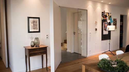 Pivot-Tür mit Griffleiste in weiß - Projektkategorie Innentüren