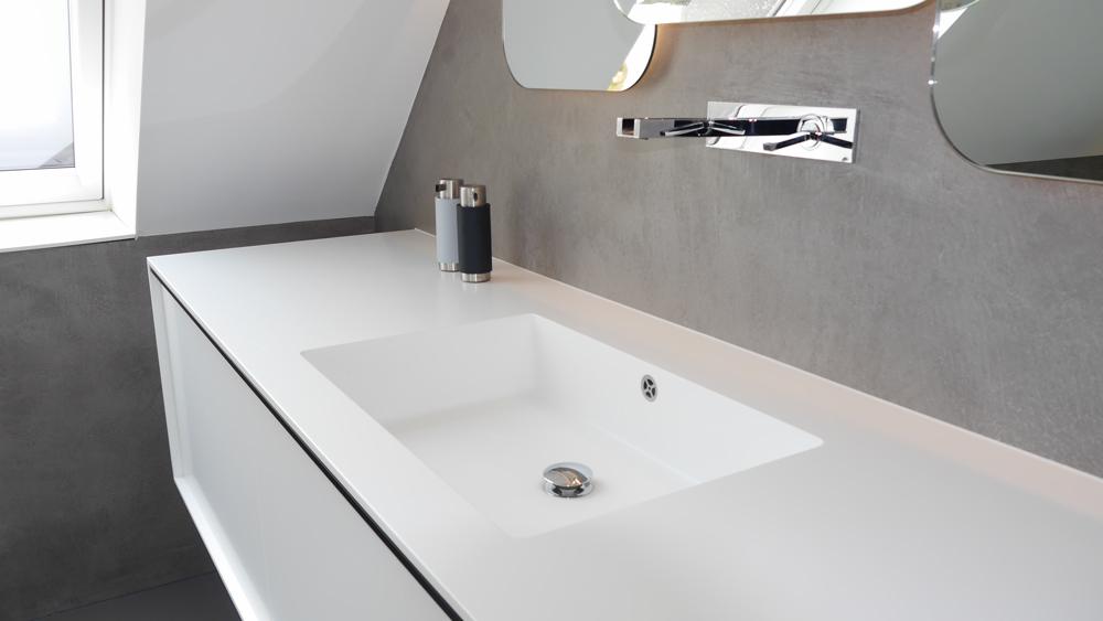 Dank der abschließenden Versiegelung eignet sich polymermodifizierter Betonputz auch für Nassbereiche wie Badezimmer.