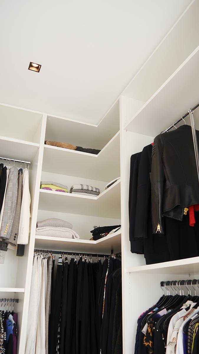 Dreigliedriger Einbauschrank mit Kleiderliften und Kleiderstangen